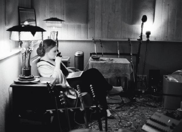 آدل در حال نوشتن ترانه
