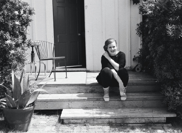 آدل نشسته در حیاط خانه